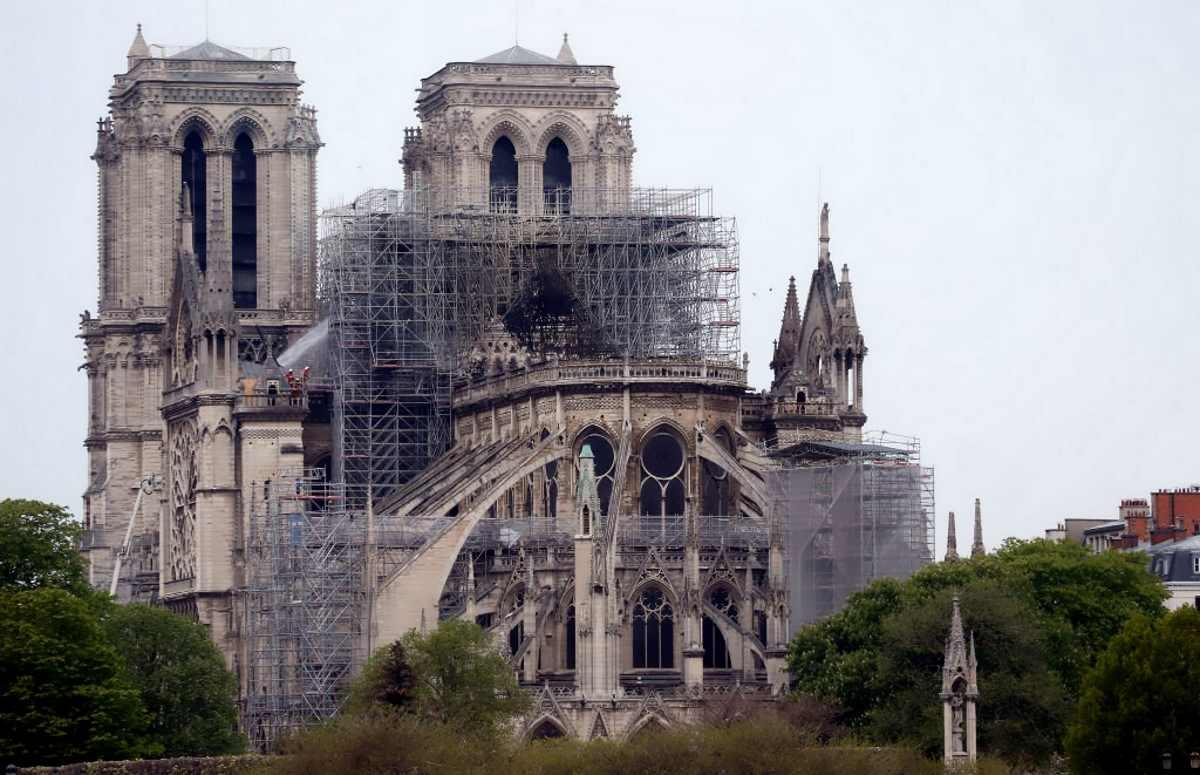 Notre Dame: il tetto e parte della volta crollati. 300 milioni promessi da Pinault e Arnault