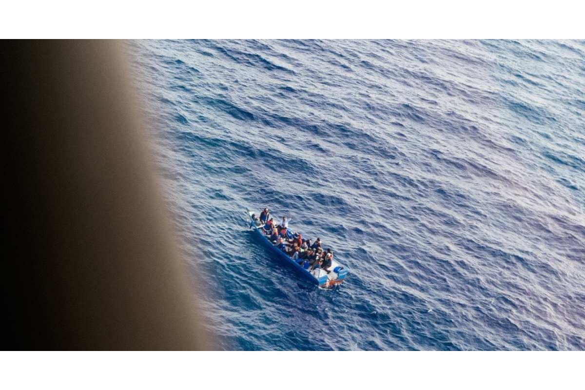 Alarm Phone: una barca con 20 migranti a bordo alla deriva al largo del confine tra Tunisia e Libia