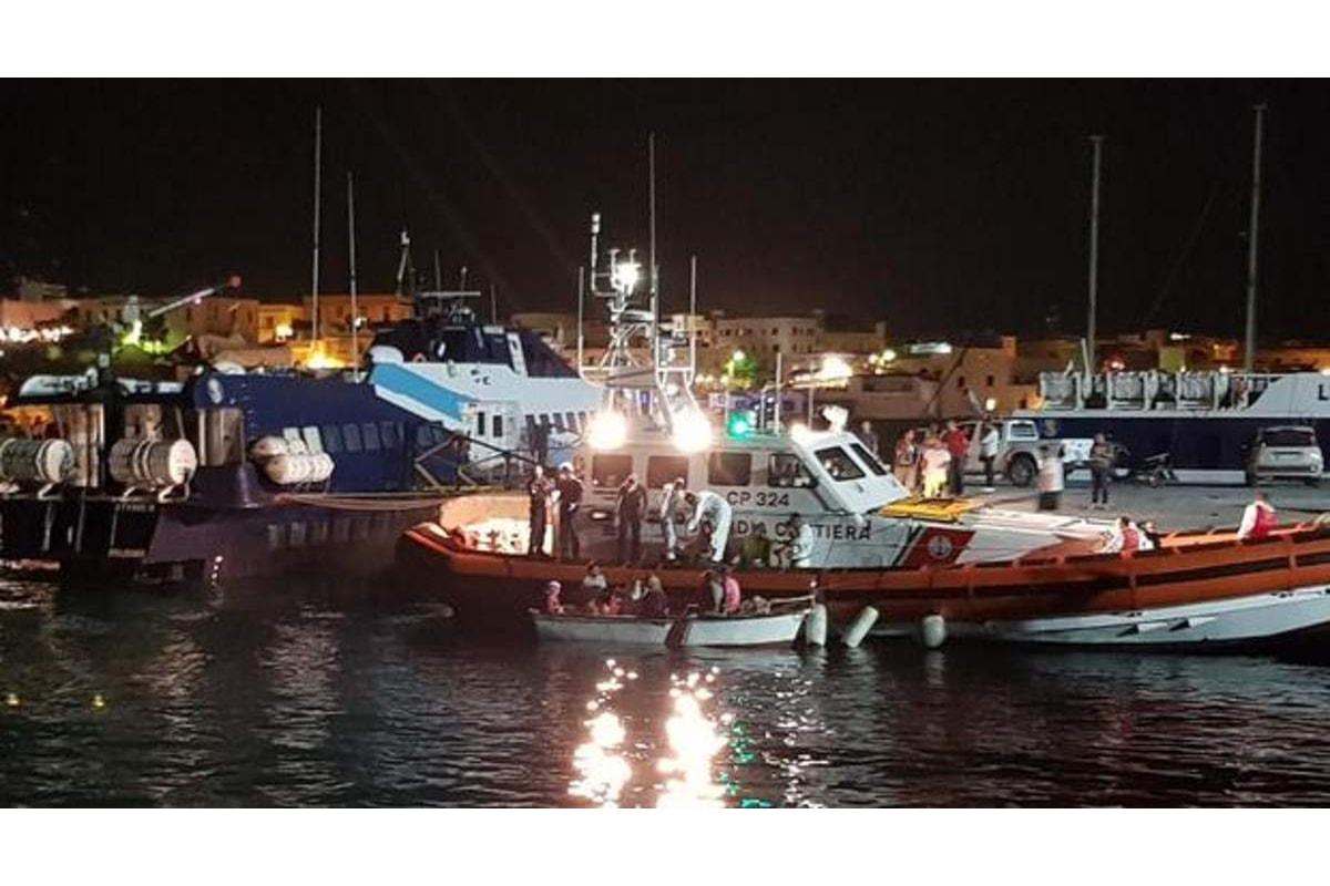 Altri 64 migranti sono sbarcati a Crotone nonostante Salvini dica che i porti sono chiusi