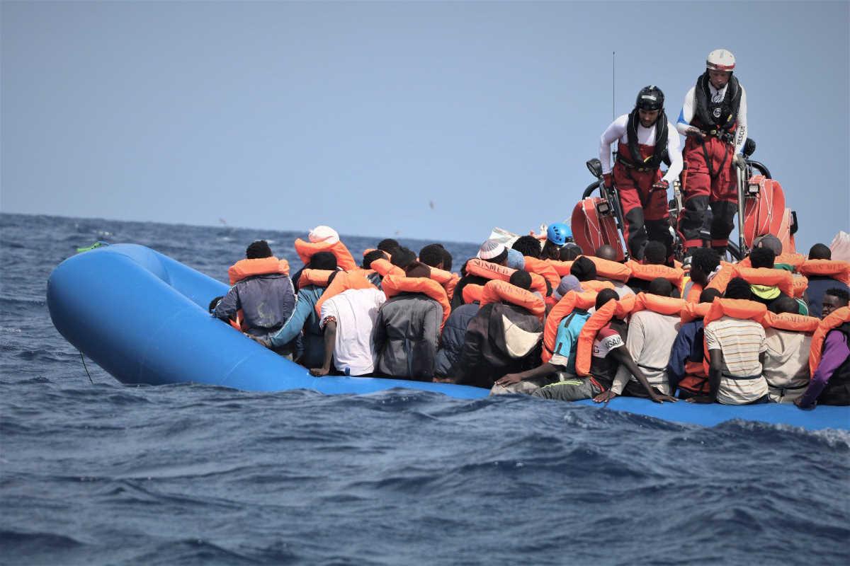 8 settembre, la Ocean Viking salva 50 persone al largo della Libia