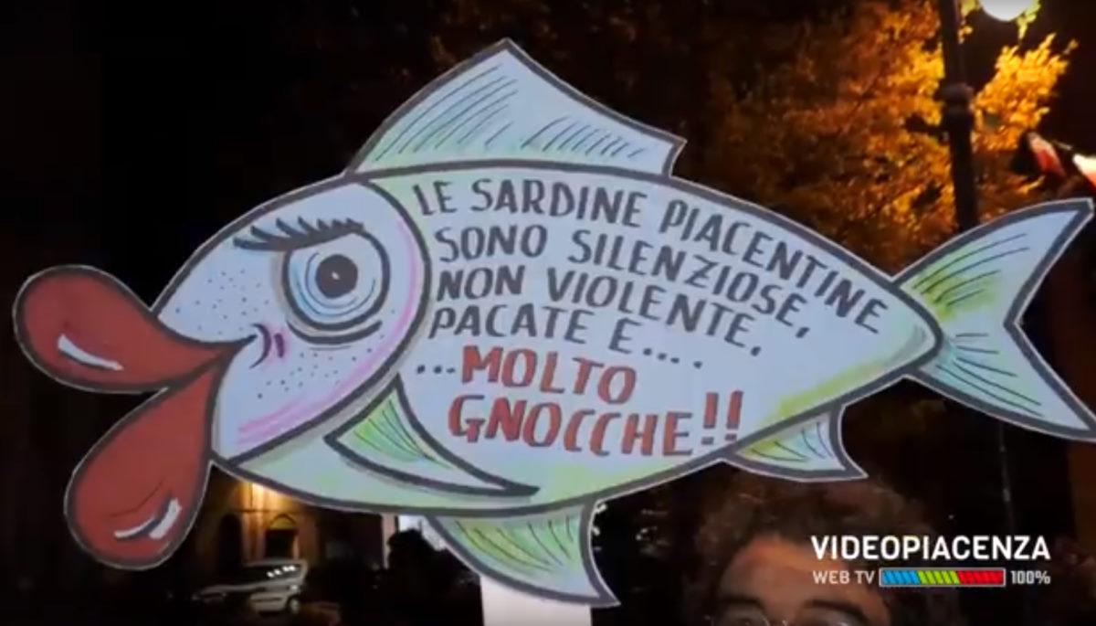 Salvini si rifugia in teatro e le sardine riempiono le piazze a Piacenza, Genova e Verona in attesa degli appuntamenti del fine settimana
