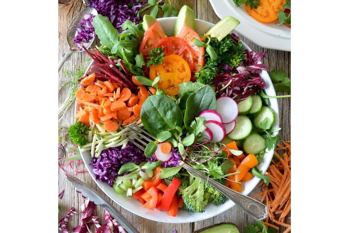 Come rinforzare il sistema immunitario seguendo una dieta sana, contrastando lo stress con yoga, musica e tai chi, combattendo le infiammazioni con erbe e spezie
