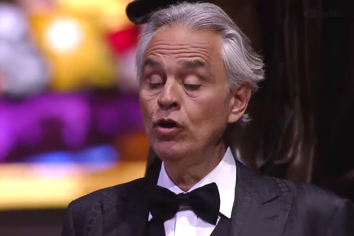 Perché definire bellissimo il concerto di Pasqua di Andrea Bocelli che urla nel Duomo di Milano?