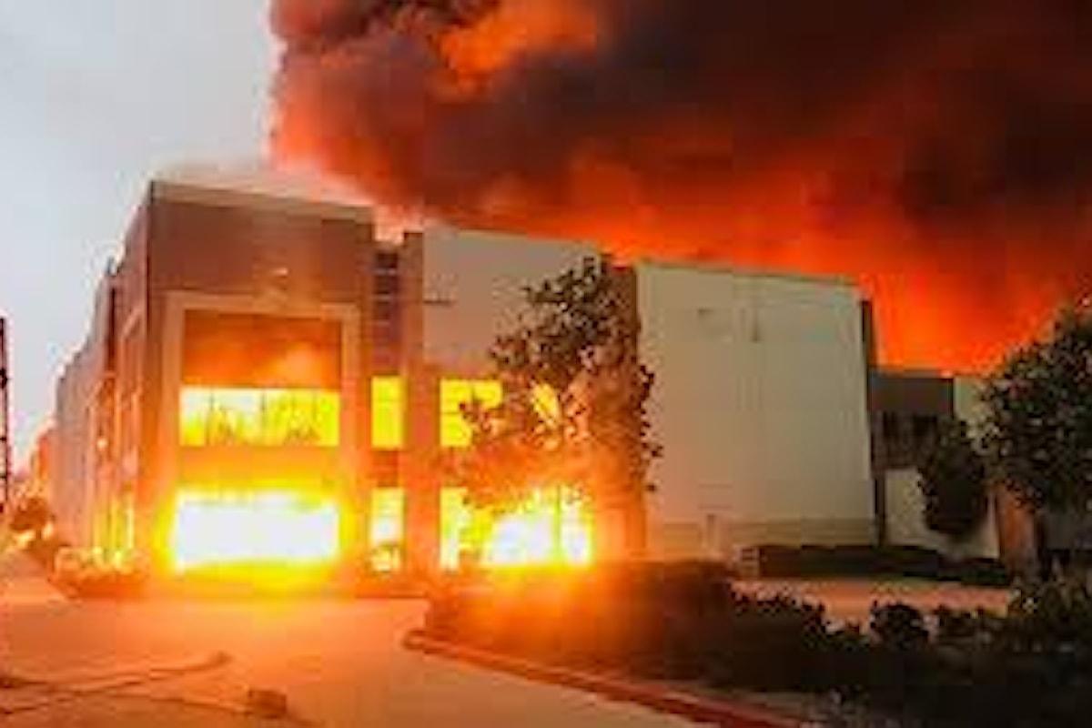 Un centro logistico di Amazon è andato a fuoco negli Stati Uniti in California.