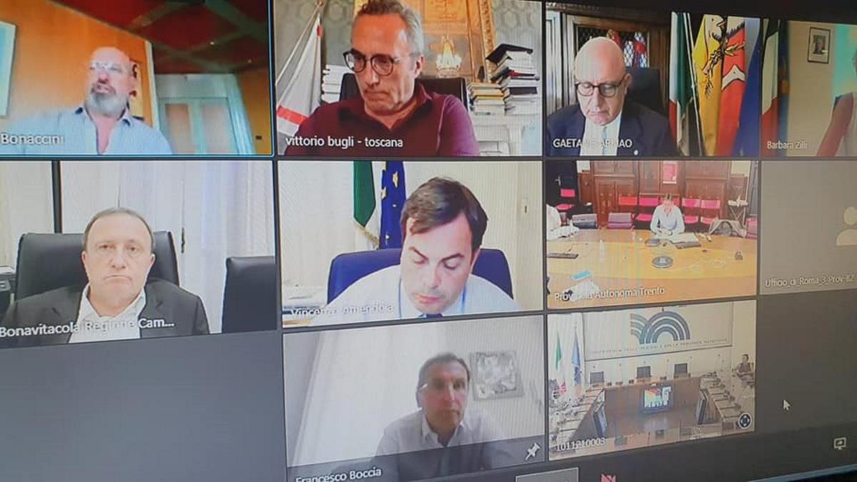 Boccia riunisce le regioni per coordinare ordinanze e provvedimenti per il ferragosto e i rientri dall'estero