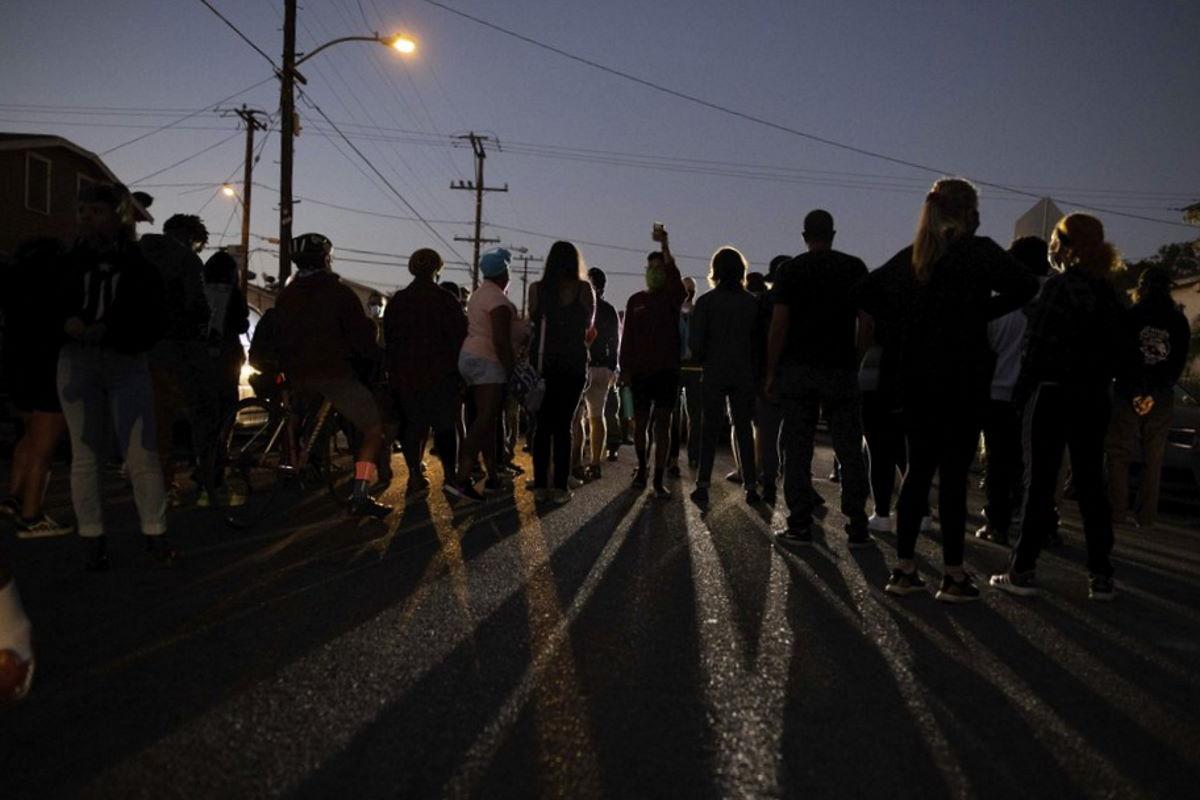 A Los Angeles due vice dello sceriffo della Contea uccidono un uomo di colore disarmato, le prime proteste