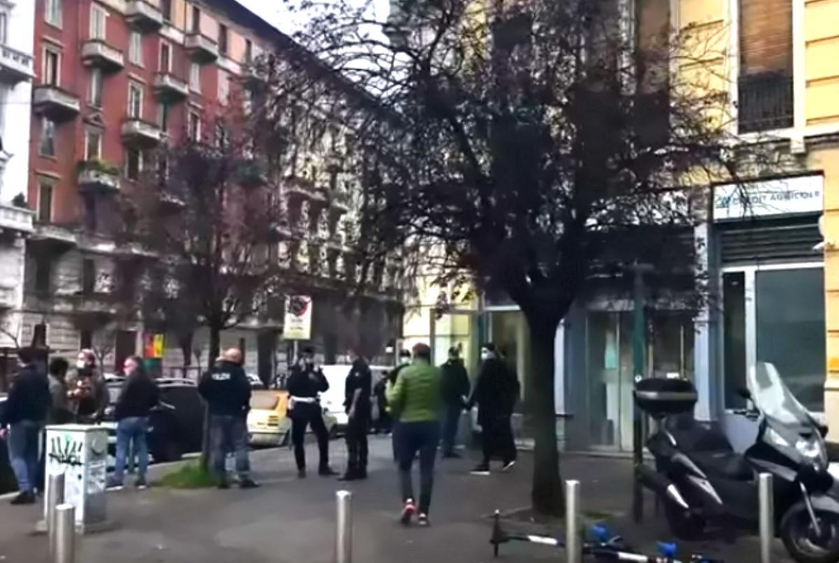 Rapina in una filiale del Credit Agricole di Milano: in fuga i banditi