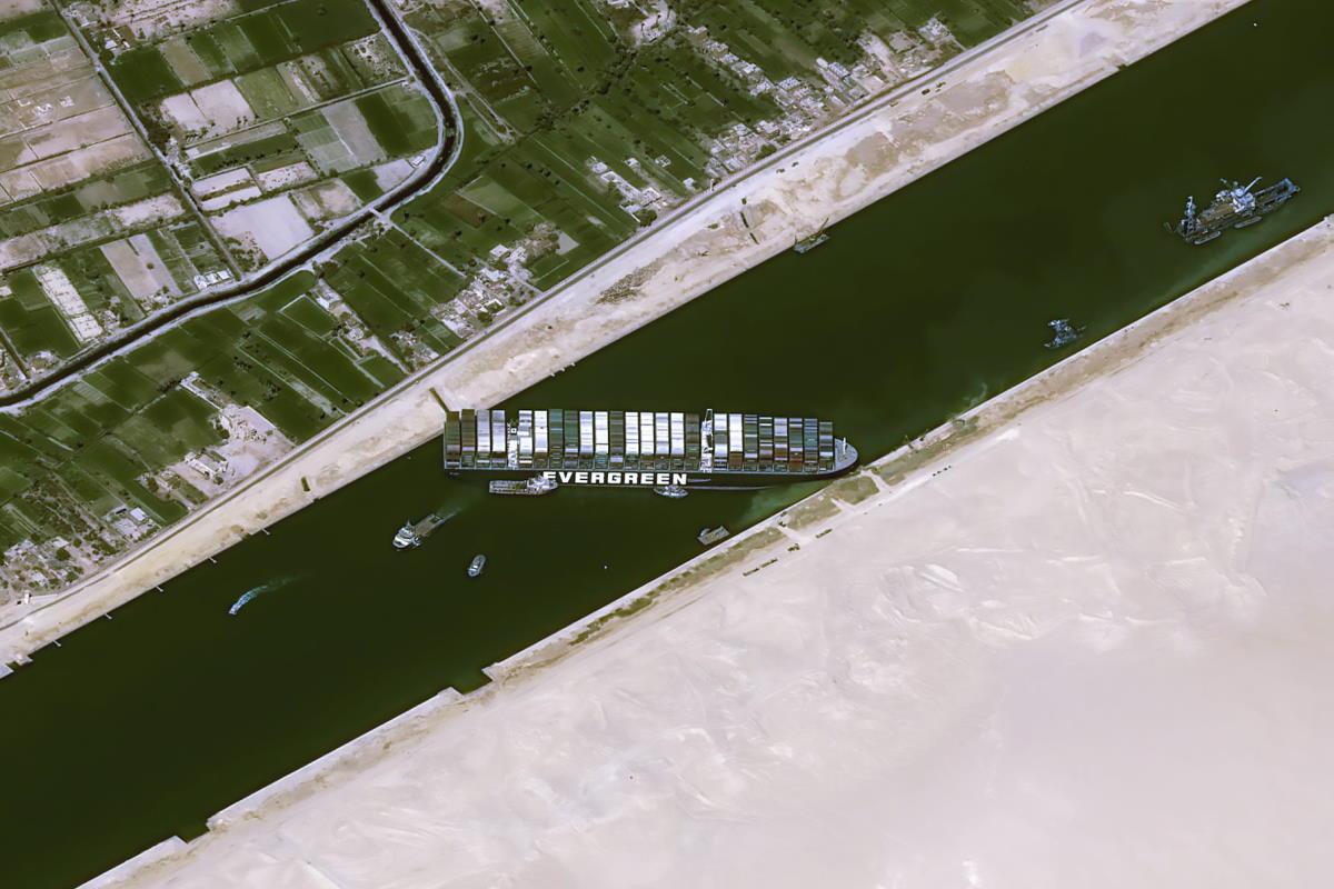 Il blocco del canale di Suez impedisce il transito di merci per un valore pari a 9,6 miliardi di dollari al giorno