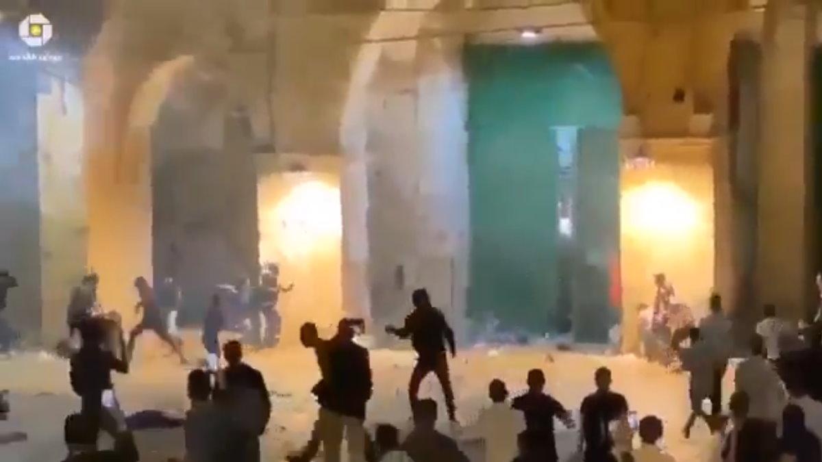 Gerusalemme: la polizia israeliana attacca i palestinesi in preghiera nella spianata delle moschee