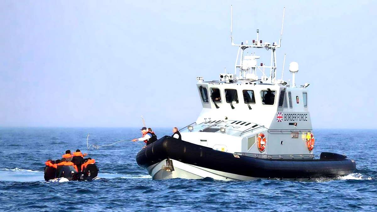 La Gran Bretagna dichiara che respingerà le barche dei migranti partite dalla Francia