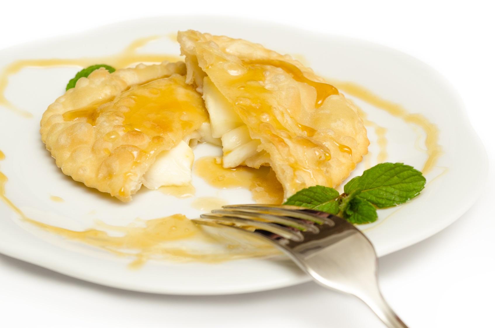 Seadas, i dolci sardi con formaggio e miele
