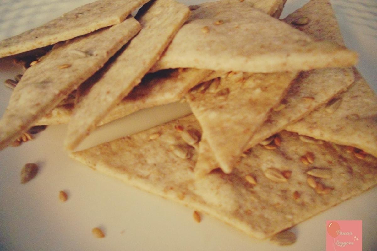 La ricetta dei buonissimi e leggerissimi crackers integrali da fare in casa.