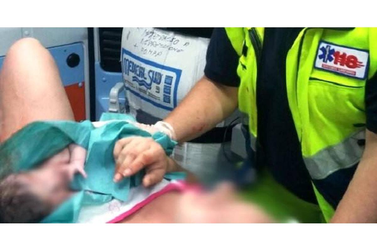 Salerno: parto in ambulanza tra gli applausi delle persone