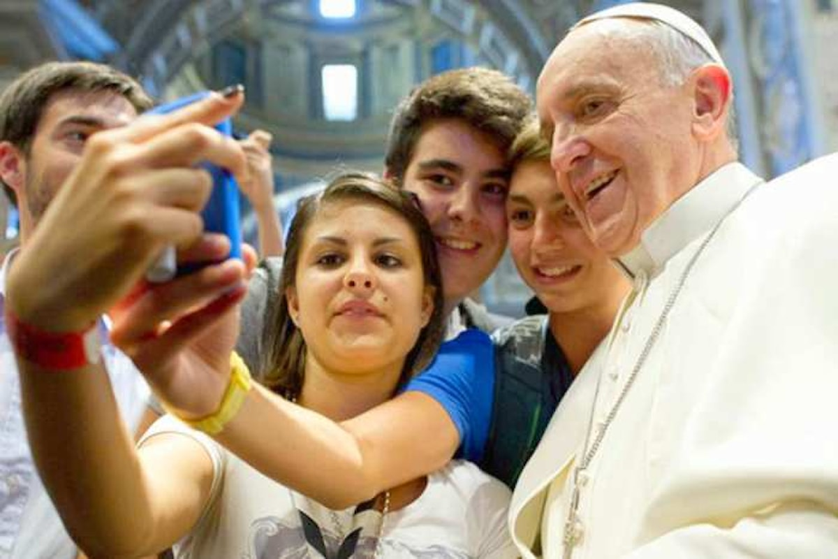 Il Papa confessa i giovani in piazza San Pietro