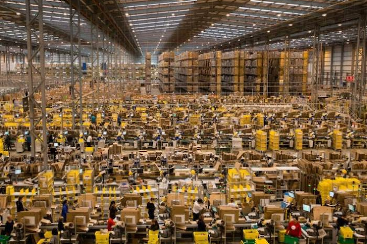 Amazon aumenta il salario orario minimo dei dipendenti americani portandolo a 15 dollari