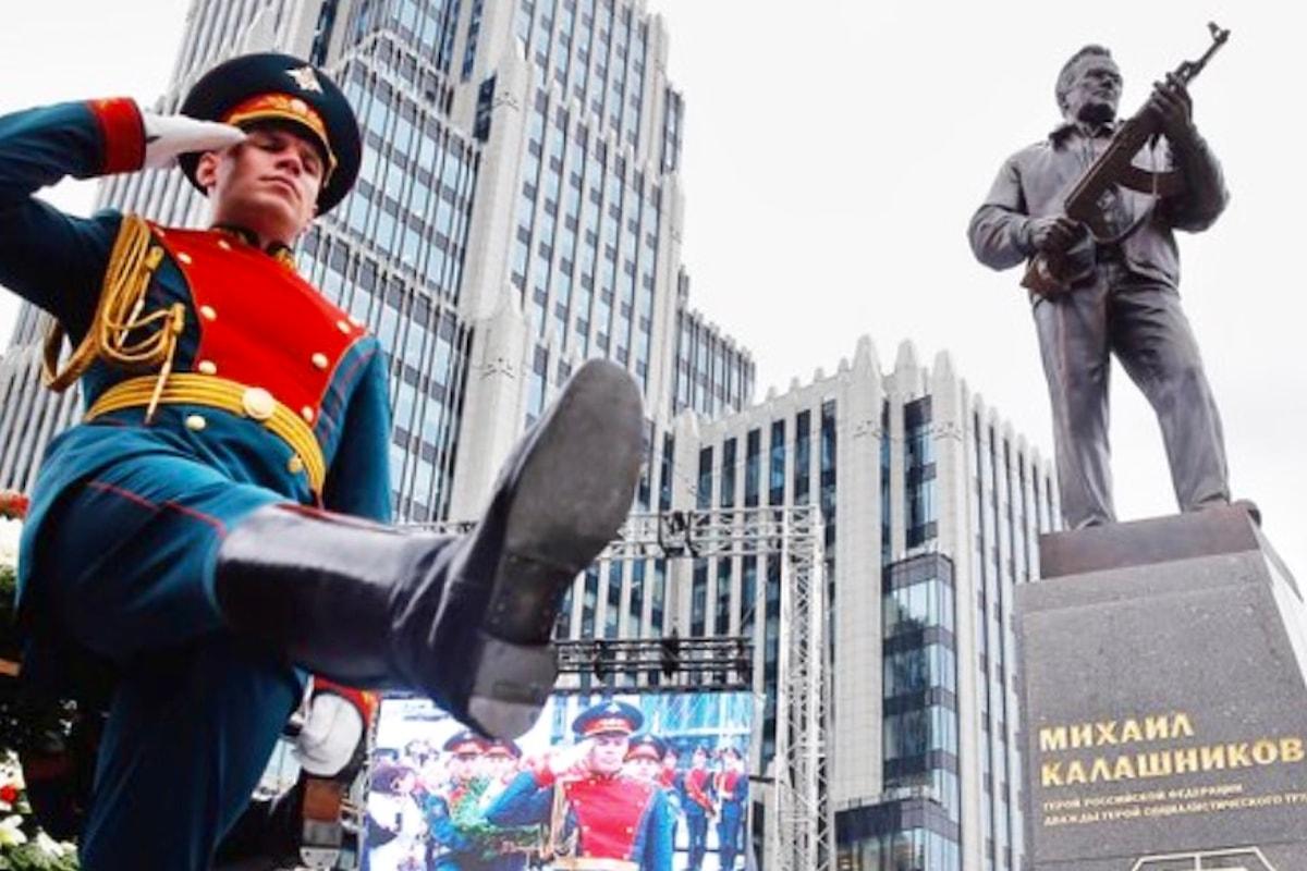 Il governo russo dedica un monumento all'inventore del Kalashnikov