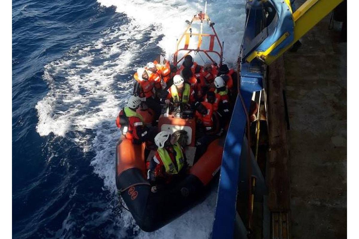 La nave Sea-Watch in attesa che l'Europa le indichi un porto dove sbarcare 33 migranti