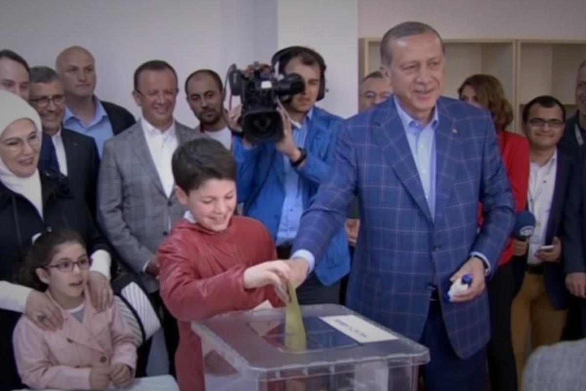 In Turchia passa la riforma costituzionale voluta da Erdogan anche se di stretta misura